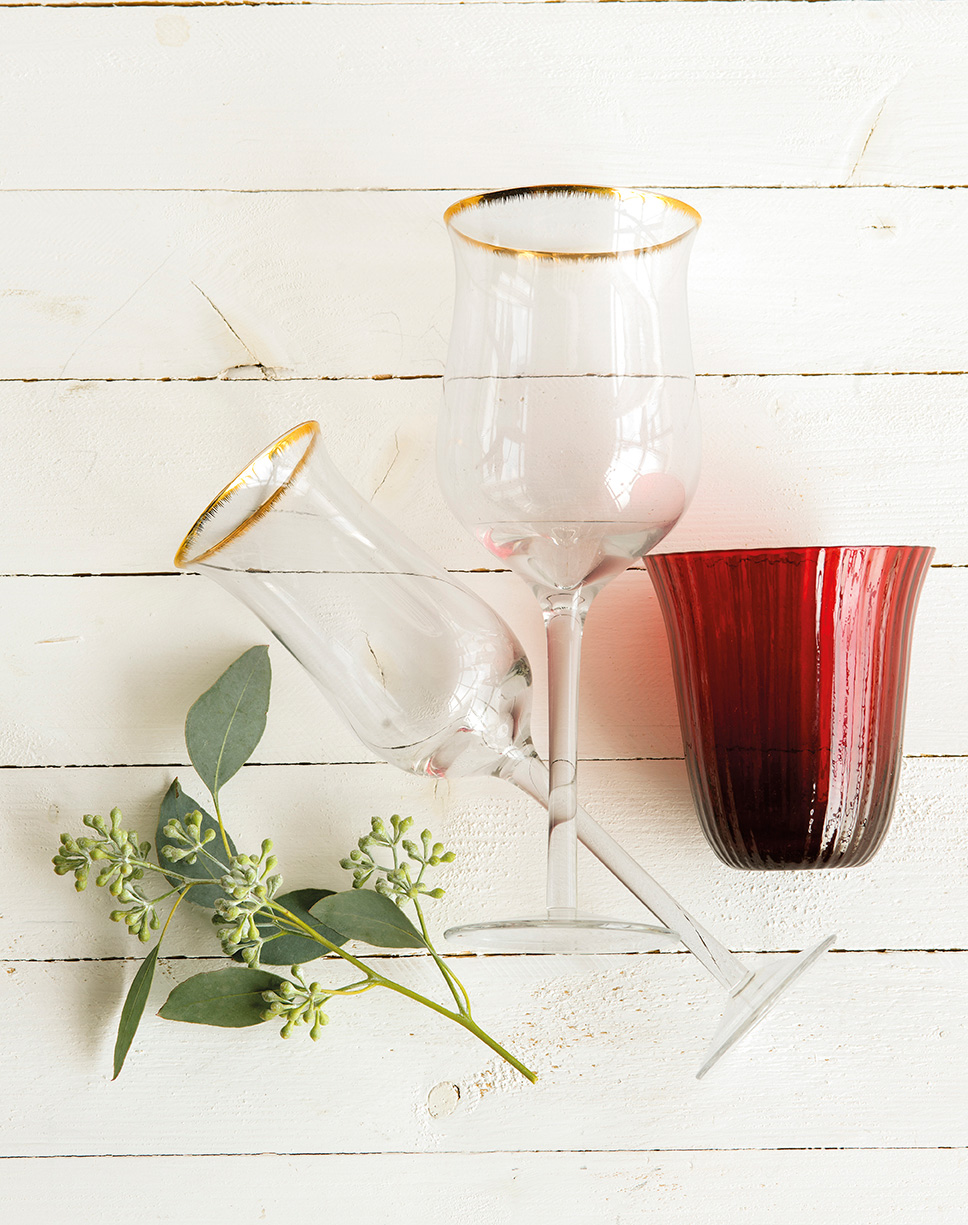 00444893. Dos copas de cristal y un portavelas rojo_00444893