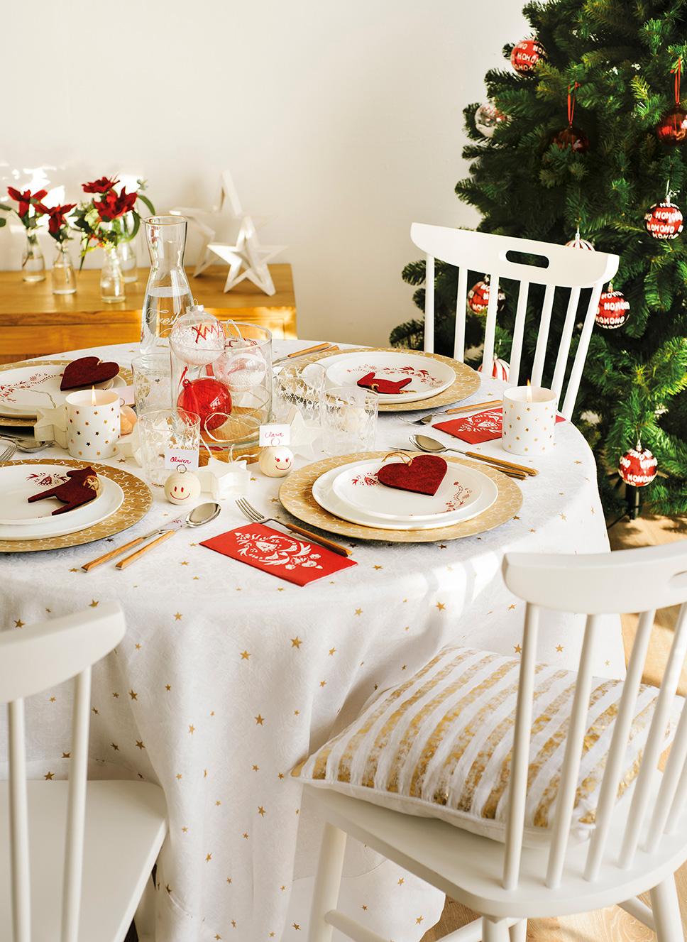 00444896. Mesa del comedor decorada en blanco, dorado y rojo junto al árbol de Navidad_00444896