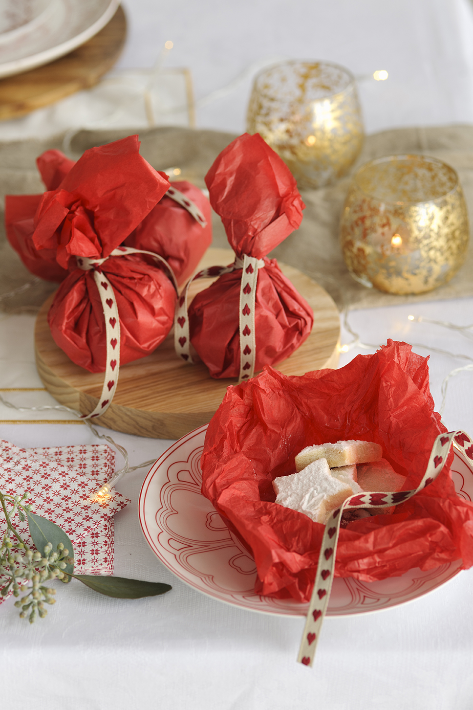 00444903 O. Dulces envueltos con papel rojo y lazos de corazones_00444903 O
