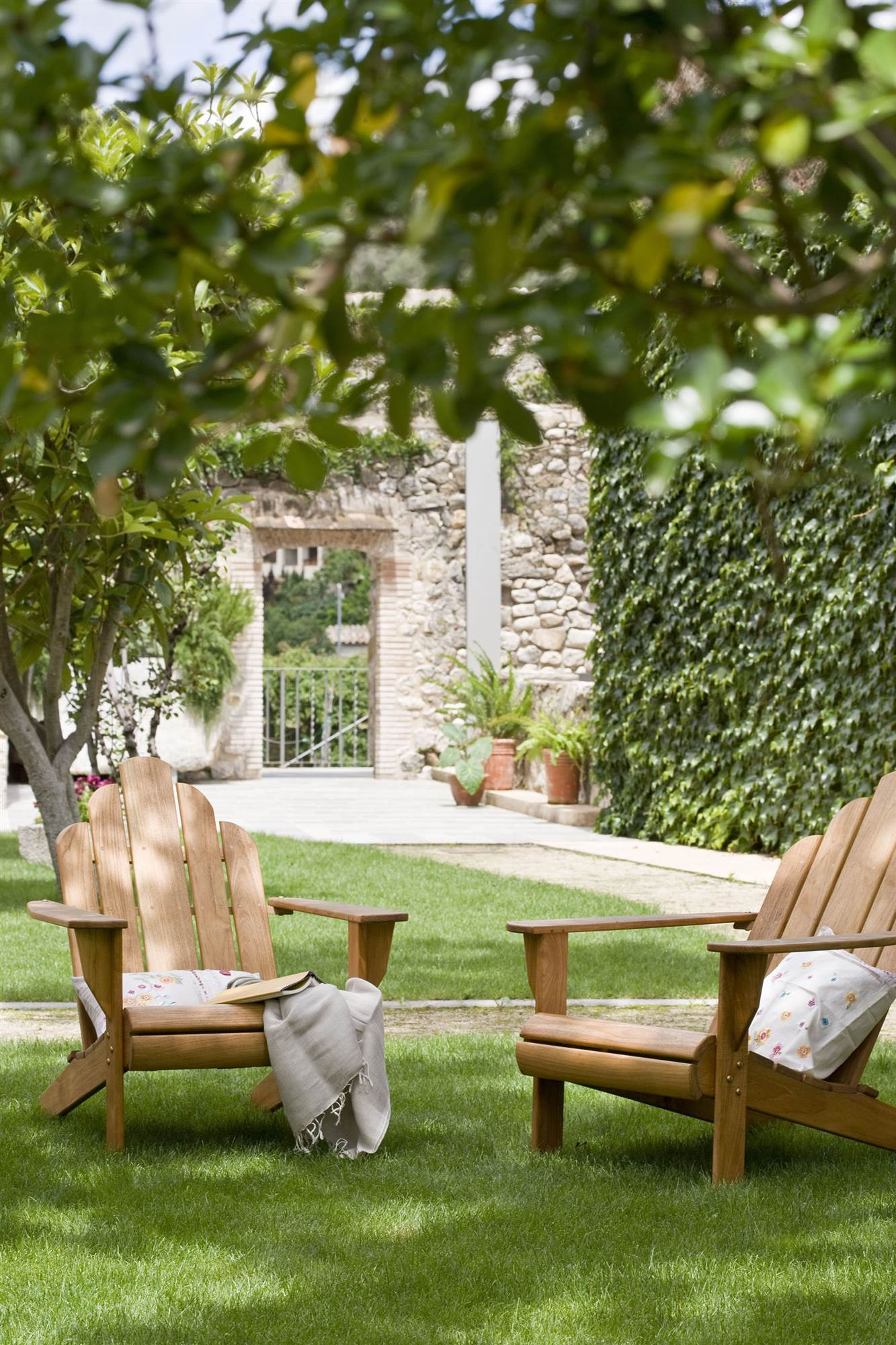 Jardines con madera jardn pequeo con bancos de madera y for Decoracion de jardines con piedras y madera