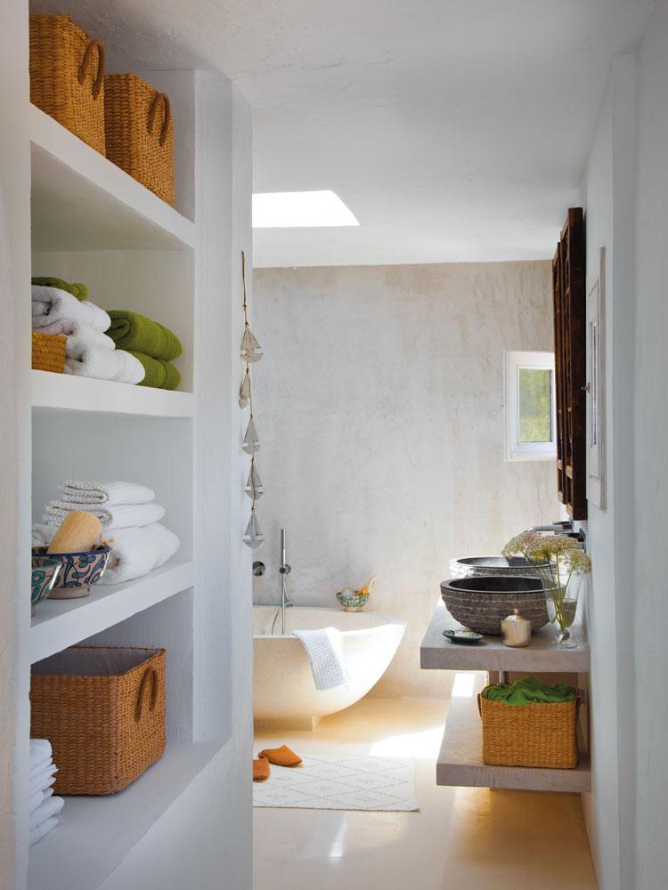 Trucos para tener el ba o ordenado for Estanteria bano toallas