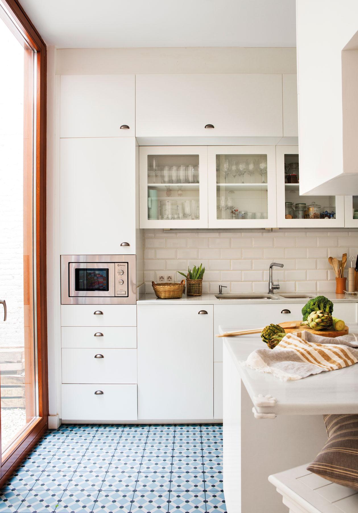 Cocinas muebles decoraci n dise o blancas o peque as - Cocinas con mosaico ...