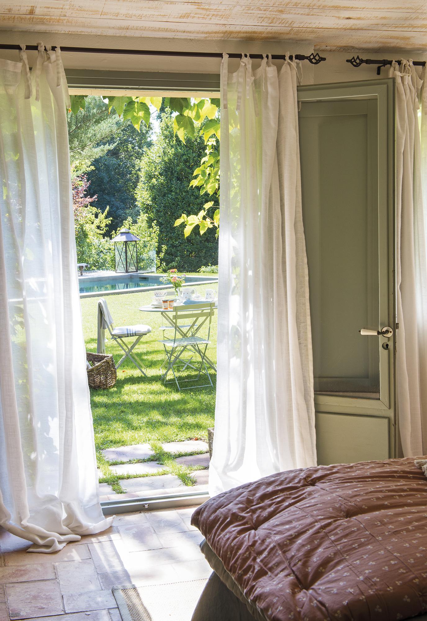 DSC7435. Gran jardín, mesa de exterior, sillas, verano