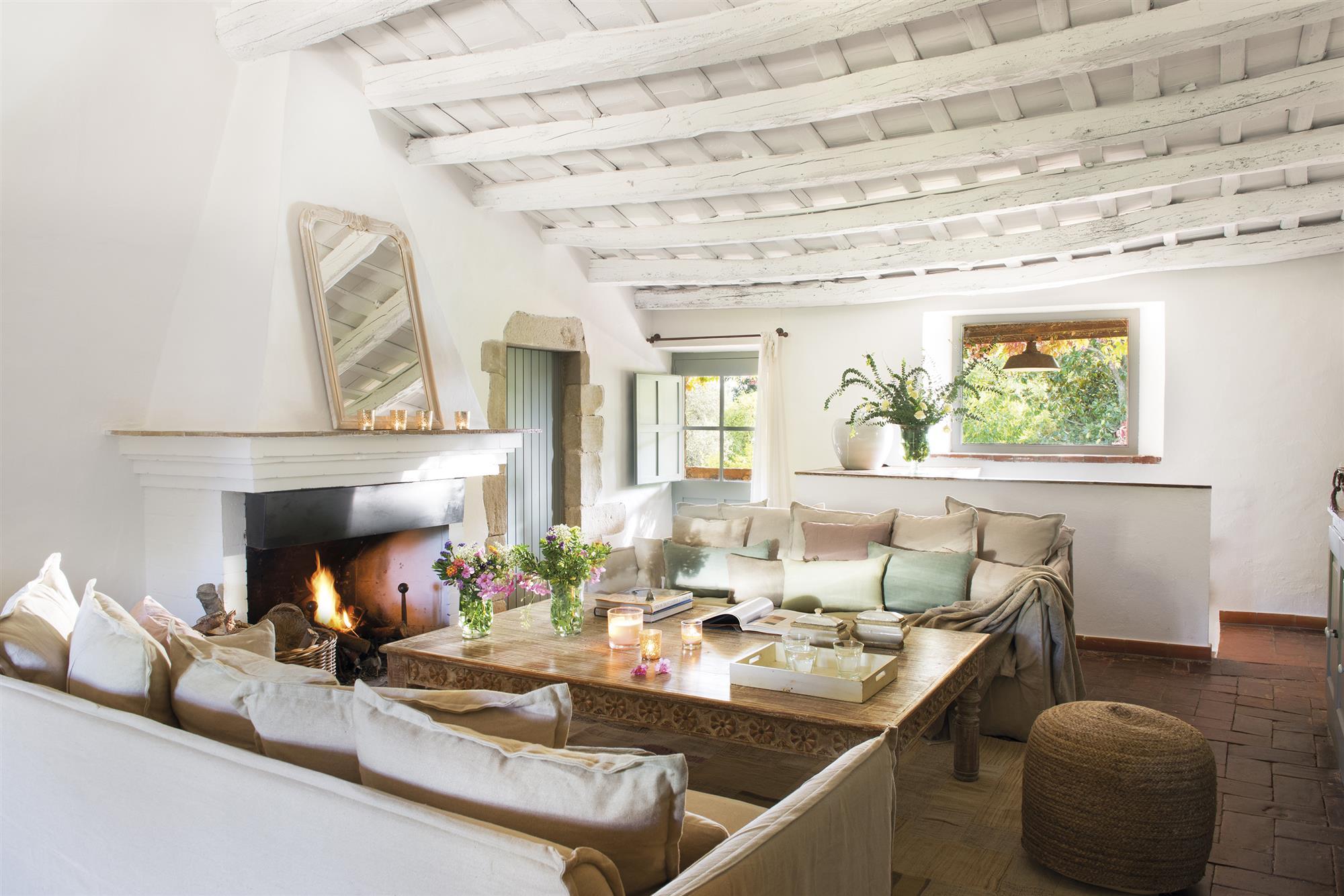 DSC7549. Salón de estilo rústico con sofás blancos y cojines de colores