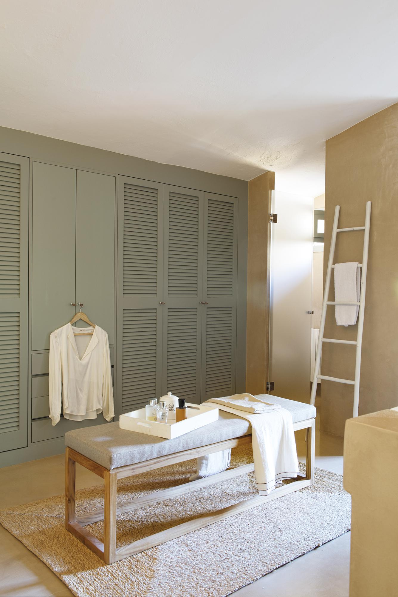 DSC7703. Vestidor, banco, armario azul