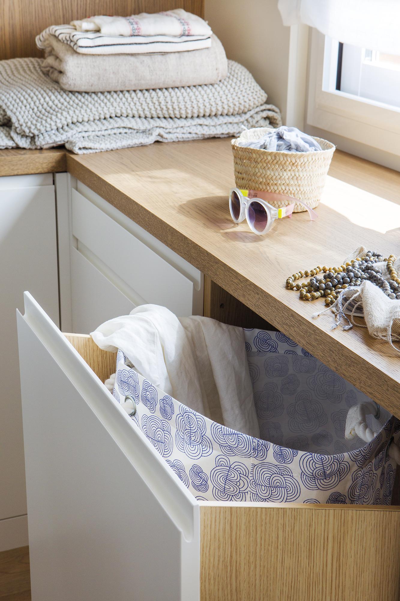 Una casa comod sima con una cocina abierta y un gran vestidor for Mueble para ropa sucia