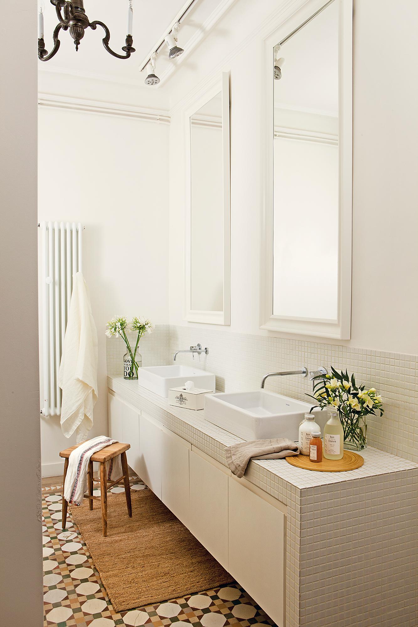 417 fotos de muebles de ba o for Espejos con marco de madera blanco