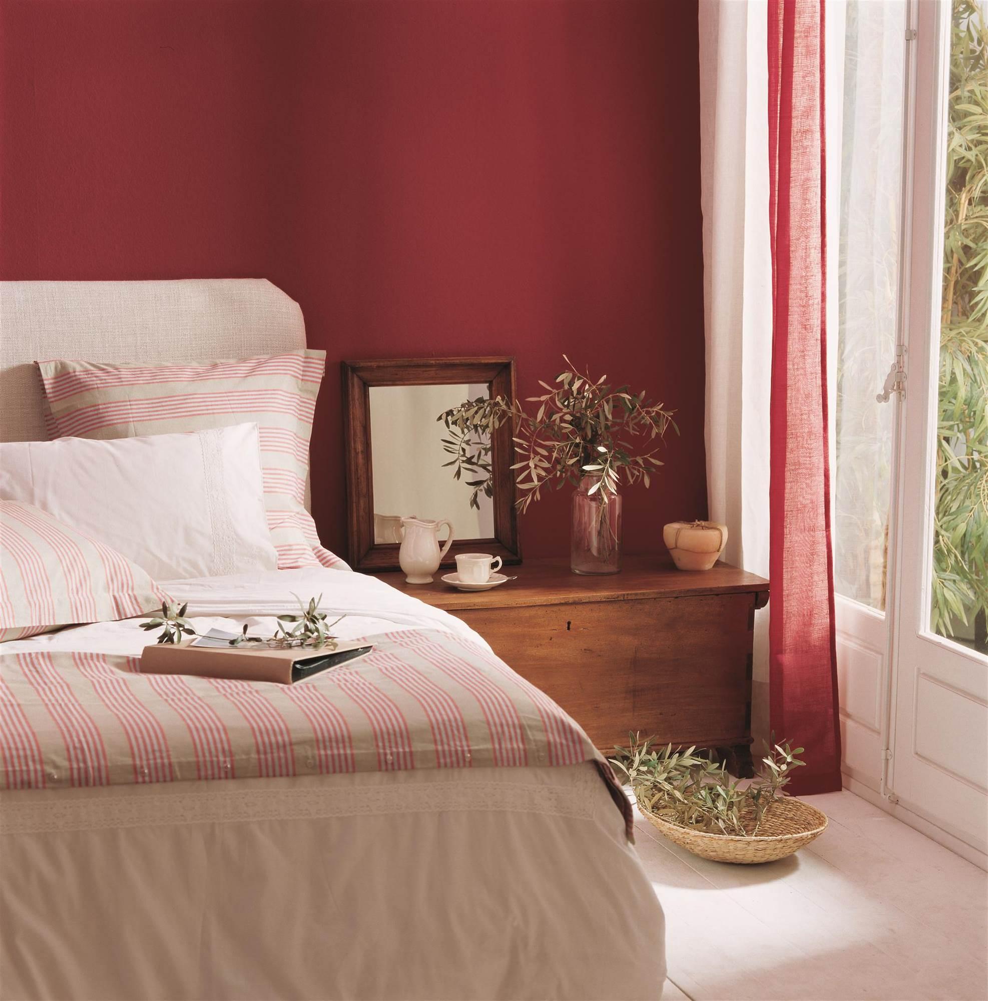 d28d161eaca75a Dormitorio con la pared del cabecero pintada de rojo mate. Fuerte, pero  acogedor