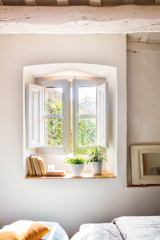 detalle-de-ventana-de-madera-blanca-en-dormitorio-con-techos-de-viga 00455451