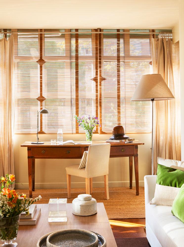 escritorio-de-madera-con-persianas-y-lampara-de-pie-en-el-salon 00423901 O