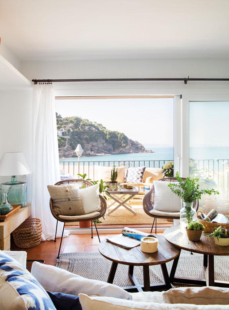 salon-con-vistas-al-mar-mesas-redondas-de-centro-y-ventanas-de-aluminio 00460990