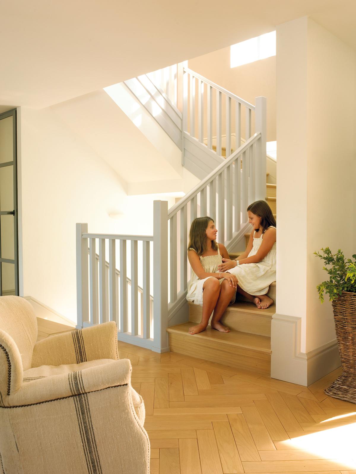 Decora tu casa con molduras y z calos - Zocalos para escaleras ...