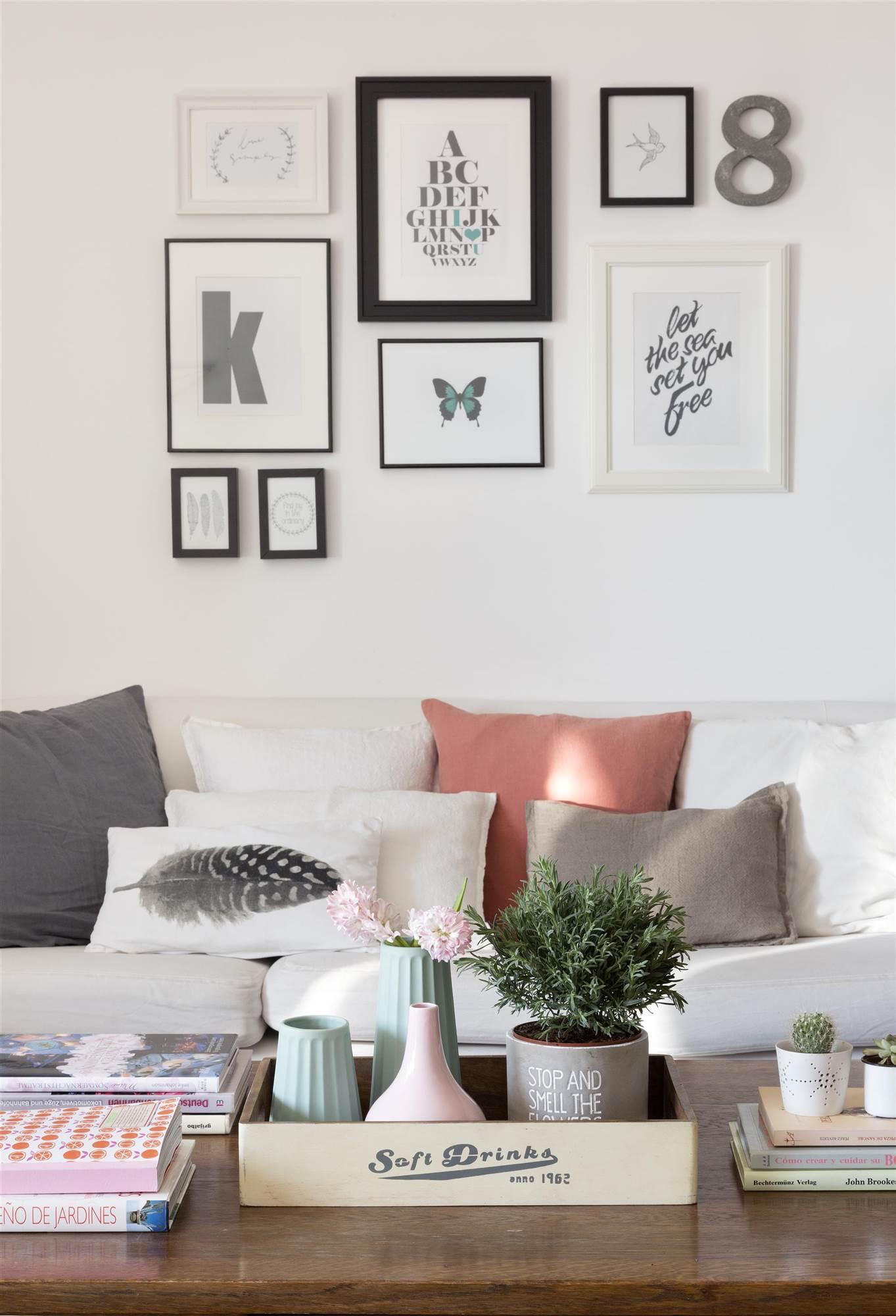 141 fotos de libros saln con un sof lleno de cojines y una mesa de centro ordenada 00452065o solutioingenieria Choice Image