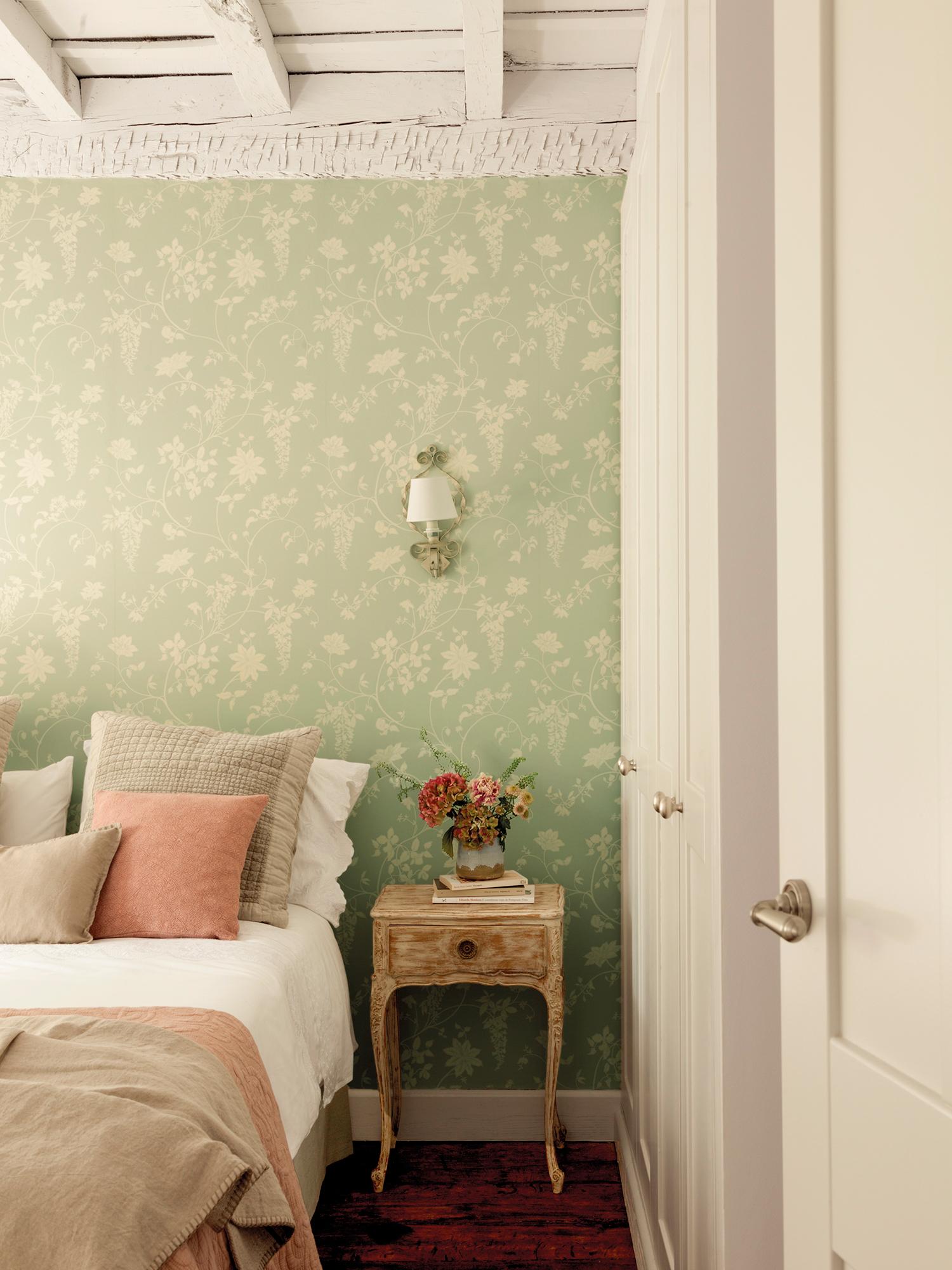 Shabby chic las claves de un estilo decorativo con mucho for Papel pintado imitacion madera blanca