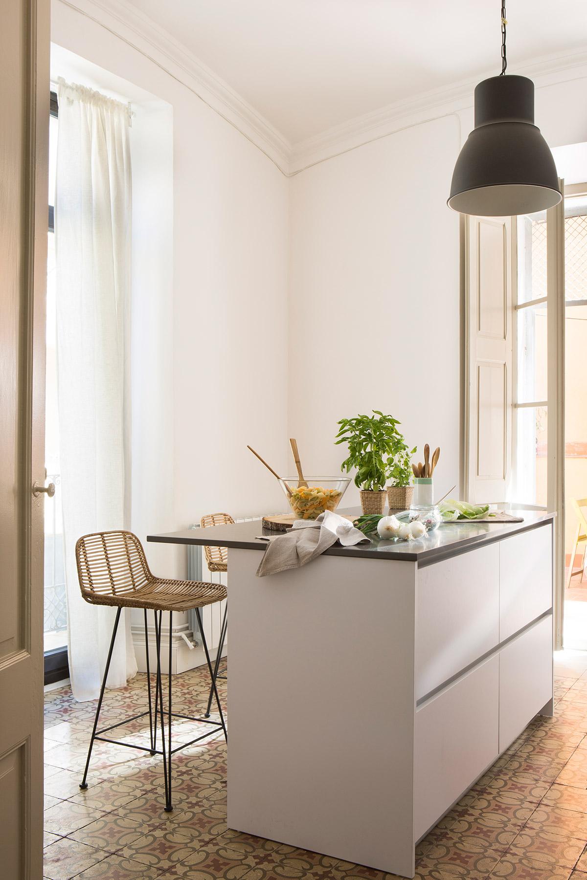 Diseño de una cocina con barra de desayuno