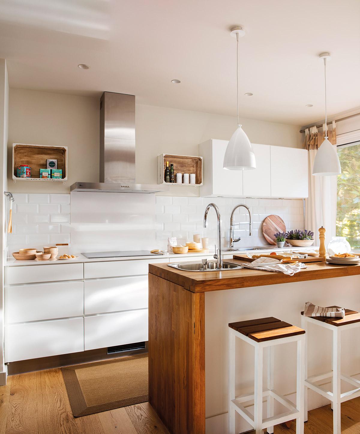 Dise o de una cocina con barra de desayuno for Disenos de muebles de cocina colgantes