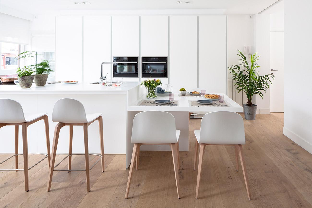 Dise o de una cocina con barra de desayuno - Altura de muebles de cocina ...
