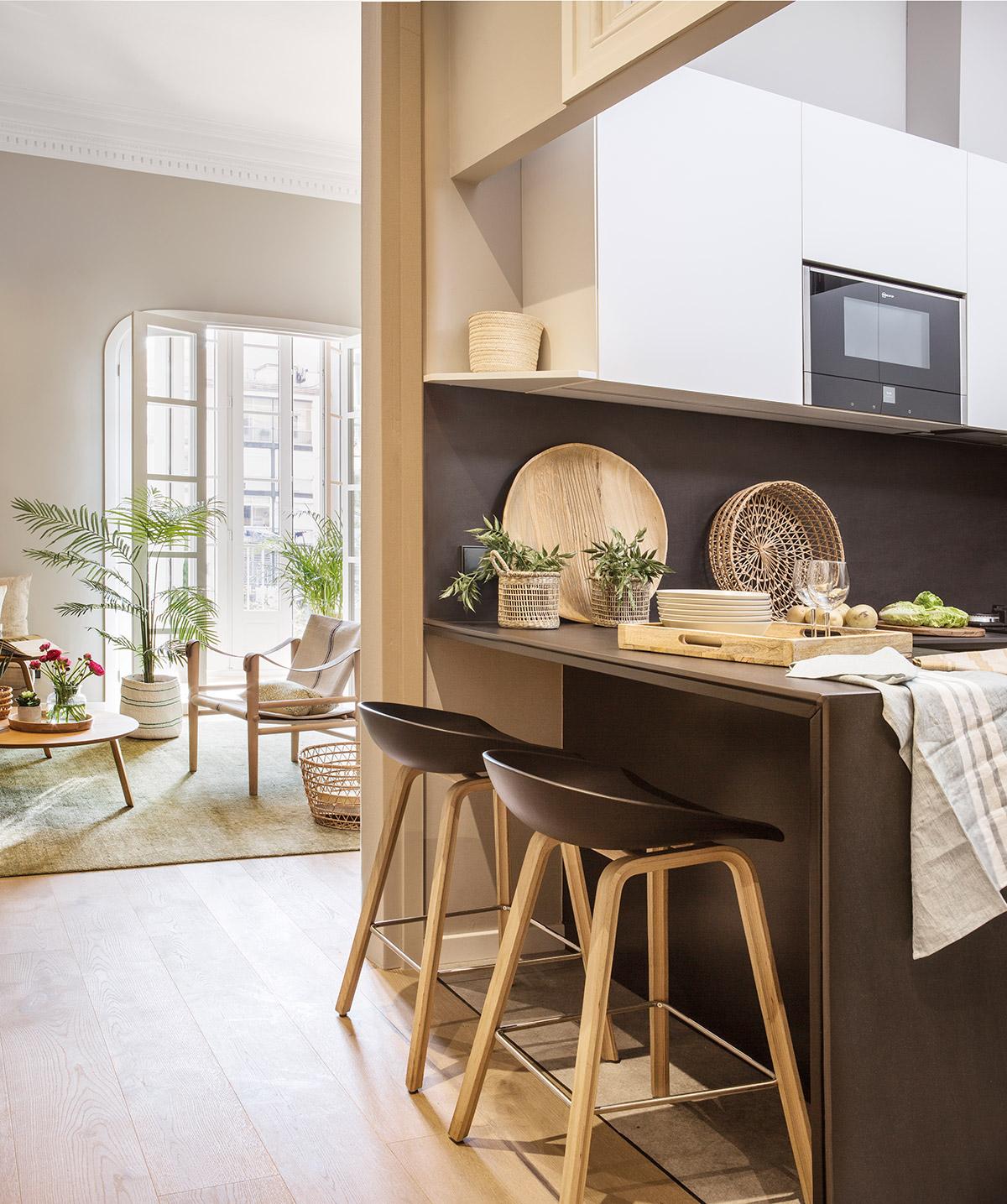 Dise o de una cocina con barra de desayuno for Mueble pared cocina