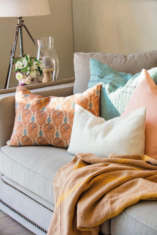 Salones muebles para la decoraci n del sal n comedor el - Cojines de colores ...