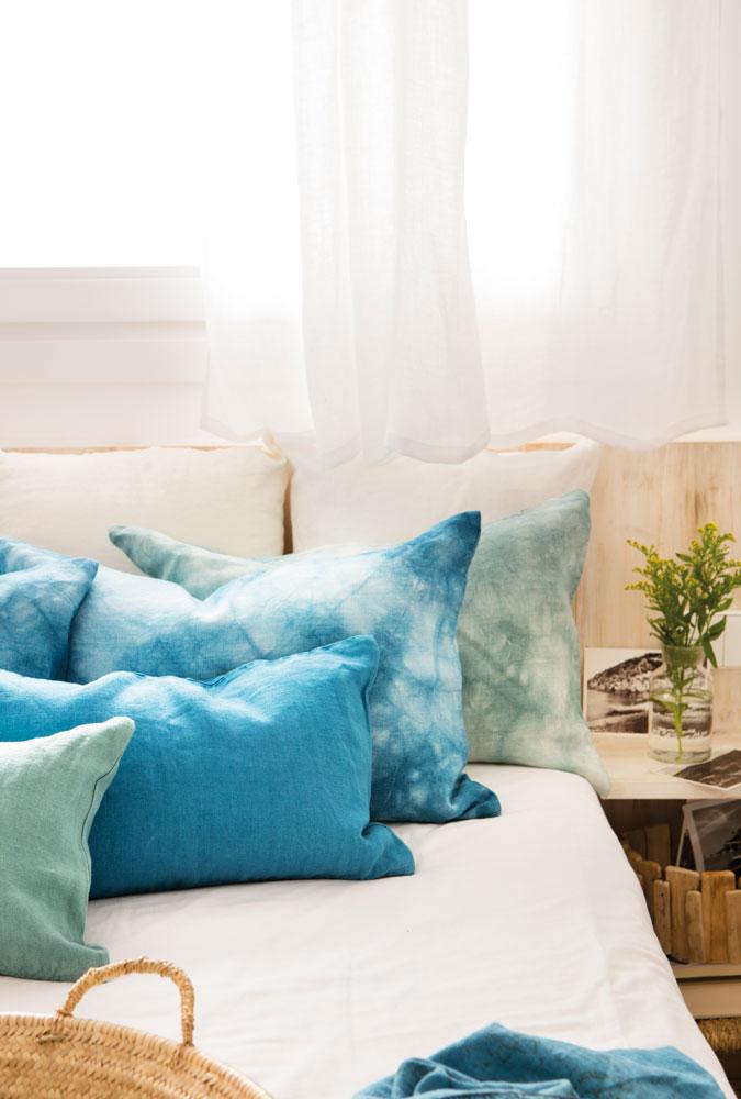 Decora el dormitorio de tu piso de alquiler - Cojines para dormitorio ...