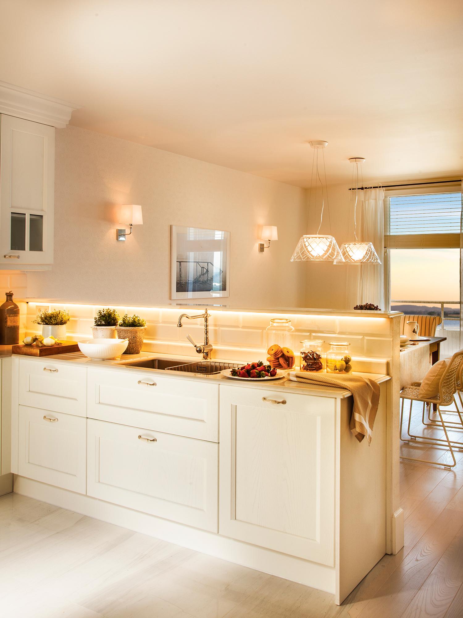 9a8bad2d7 Cocina blanca contigua al office con luces encendidas_ 00411705. 8. Acierta  con la temperatura