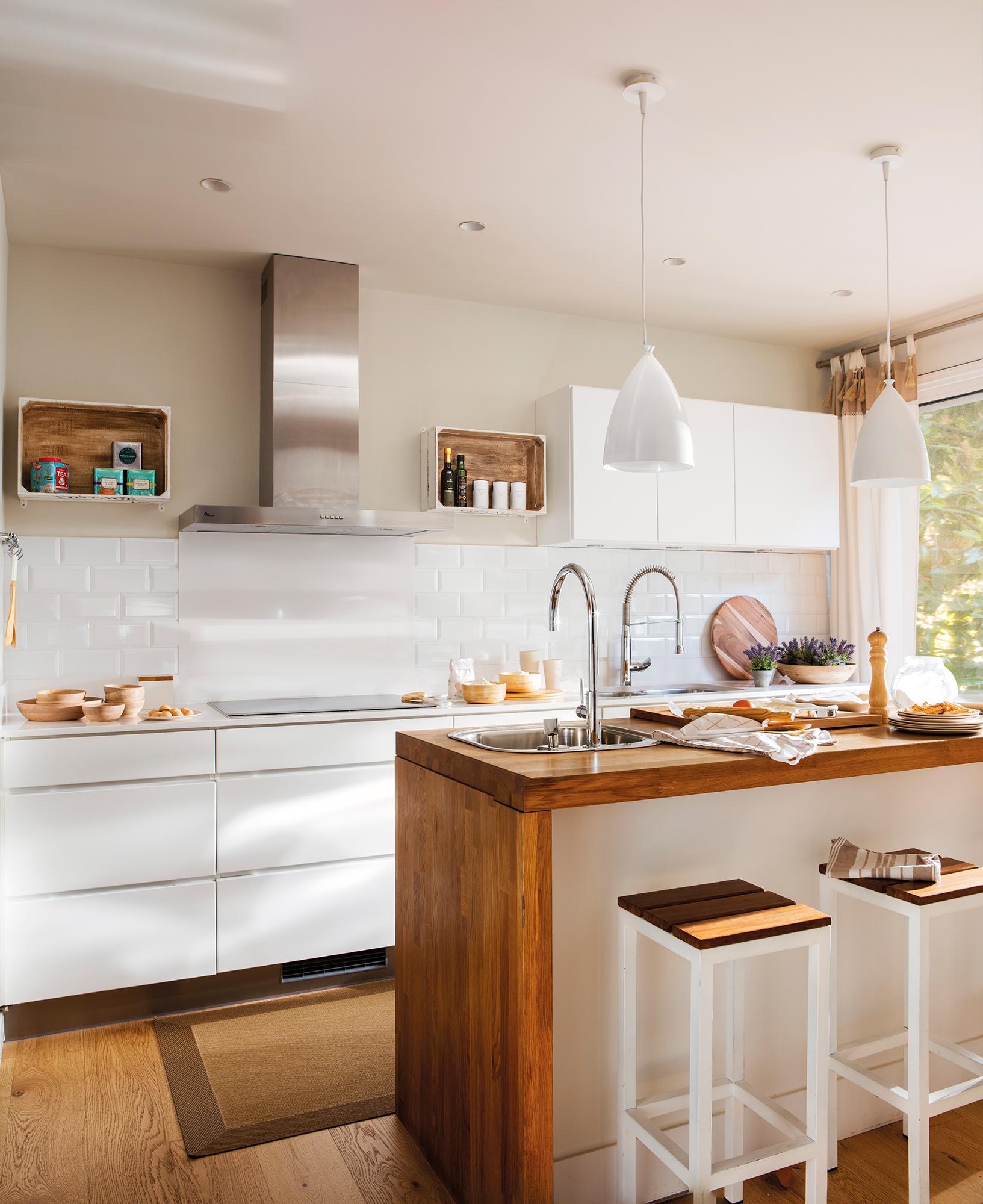 Trucos para elegir las l mparas del hogar el mueble for Cocinas con islas en el medio