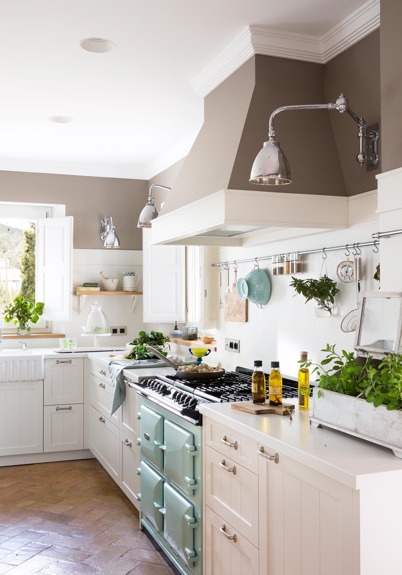 ec41d8fee Cocina con muebles en blanco y pared en gris_ 00455007. 5. Zonifica con la