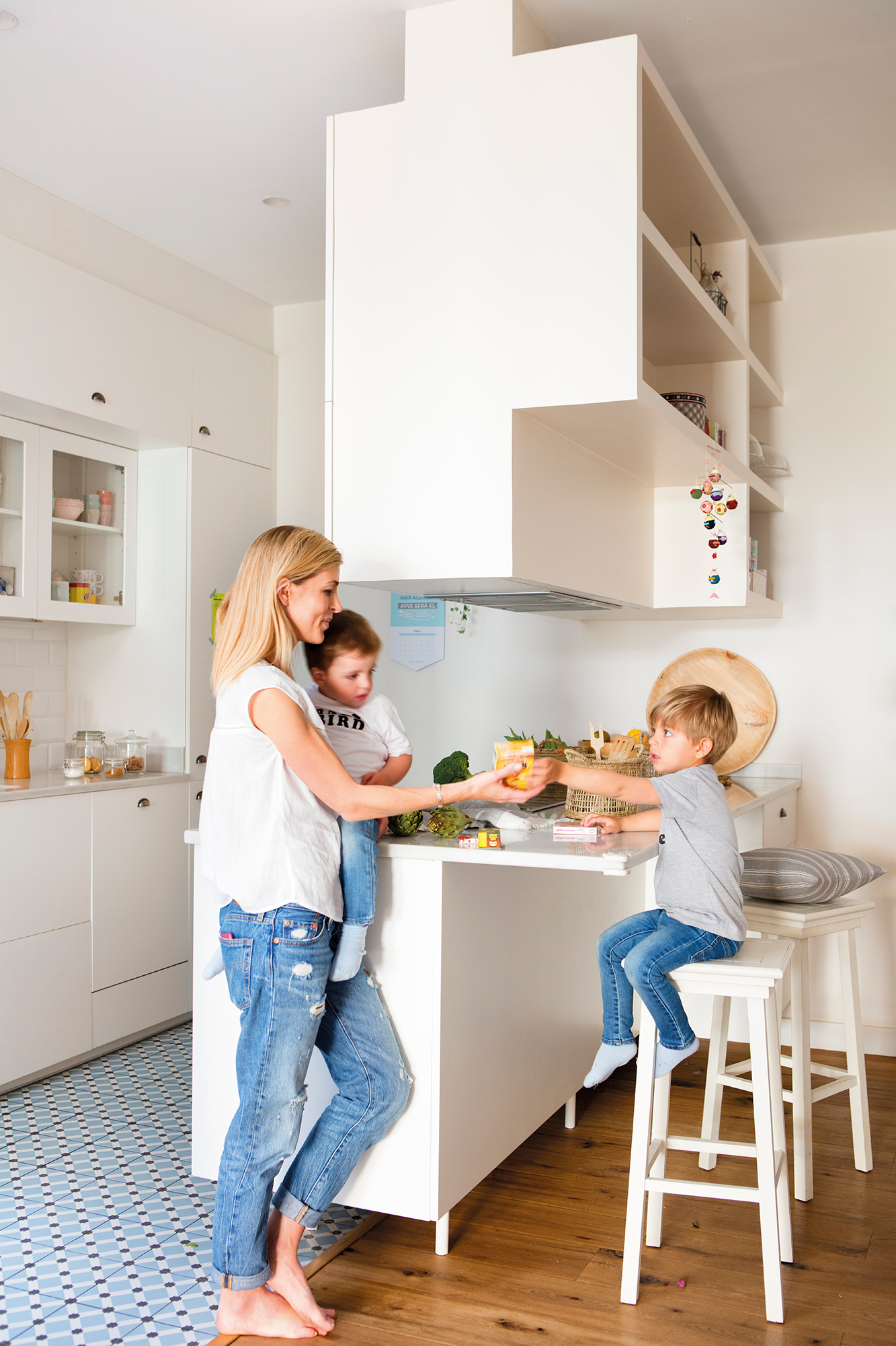 Cocinas muebles decoraci n dise o blancas o peque as for Iluminacion departamentos pequenos