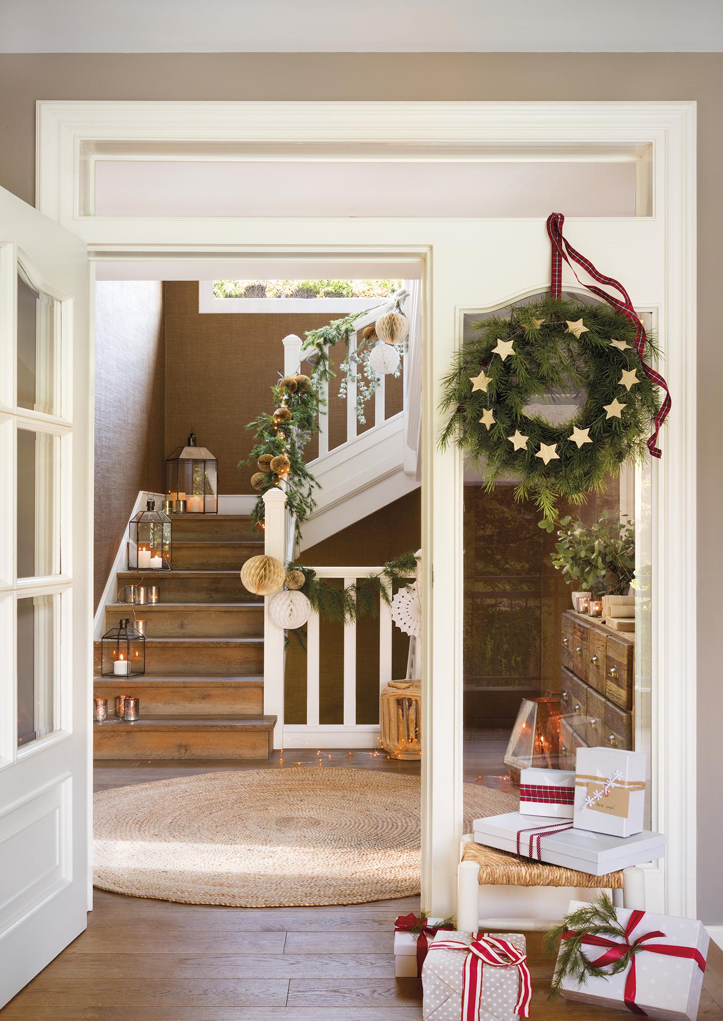 H8B6879d. una escalera decorada con guirnaldas de navidad