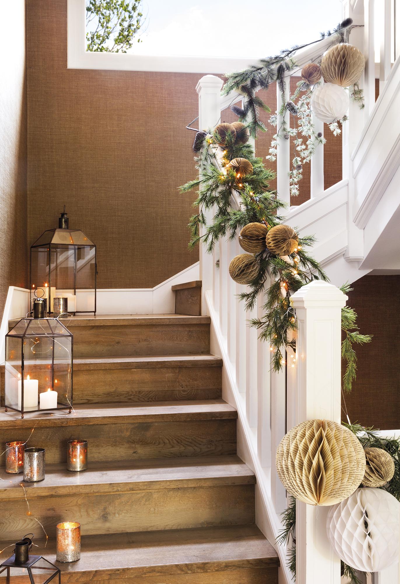 H8B6898a. escalera decorada con guirnaldas y farolillos de navidad
