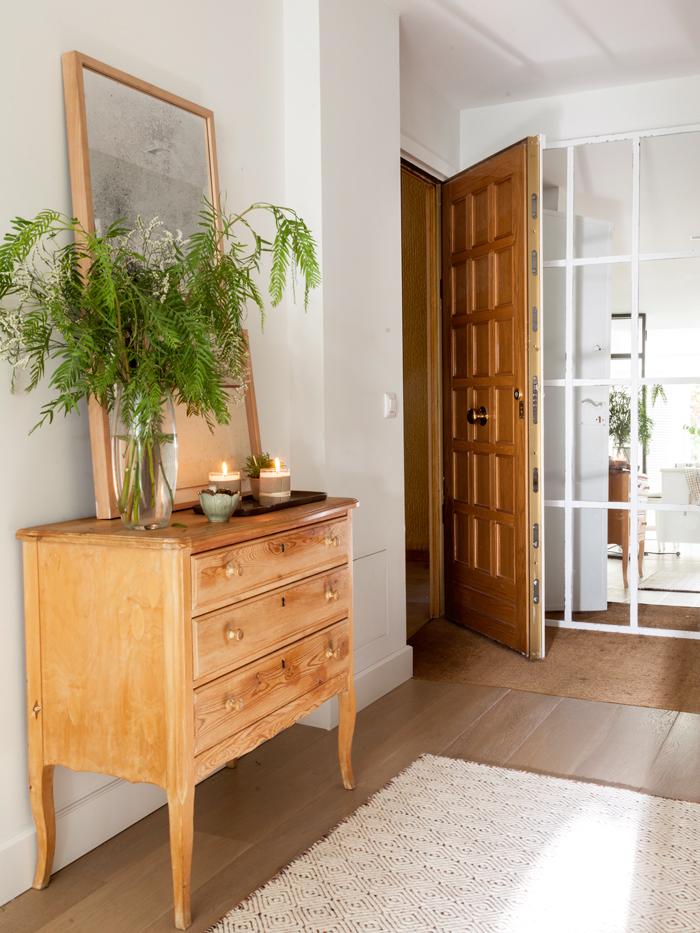 Puertas de entrada qu saber para elegir la m s segura y for Modelos de puertas de madera para frente