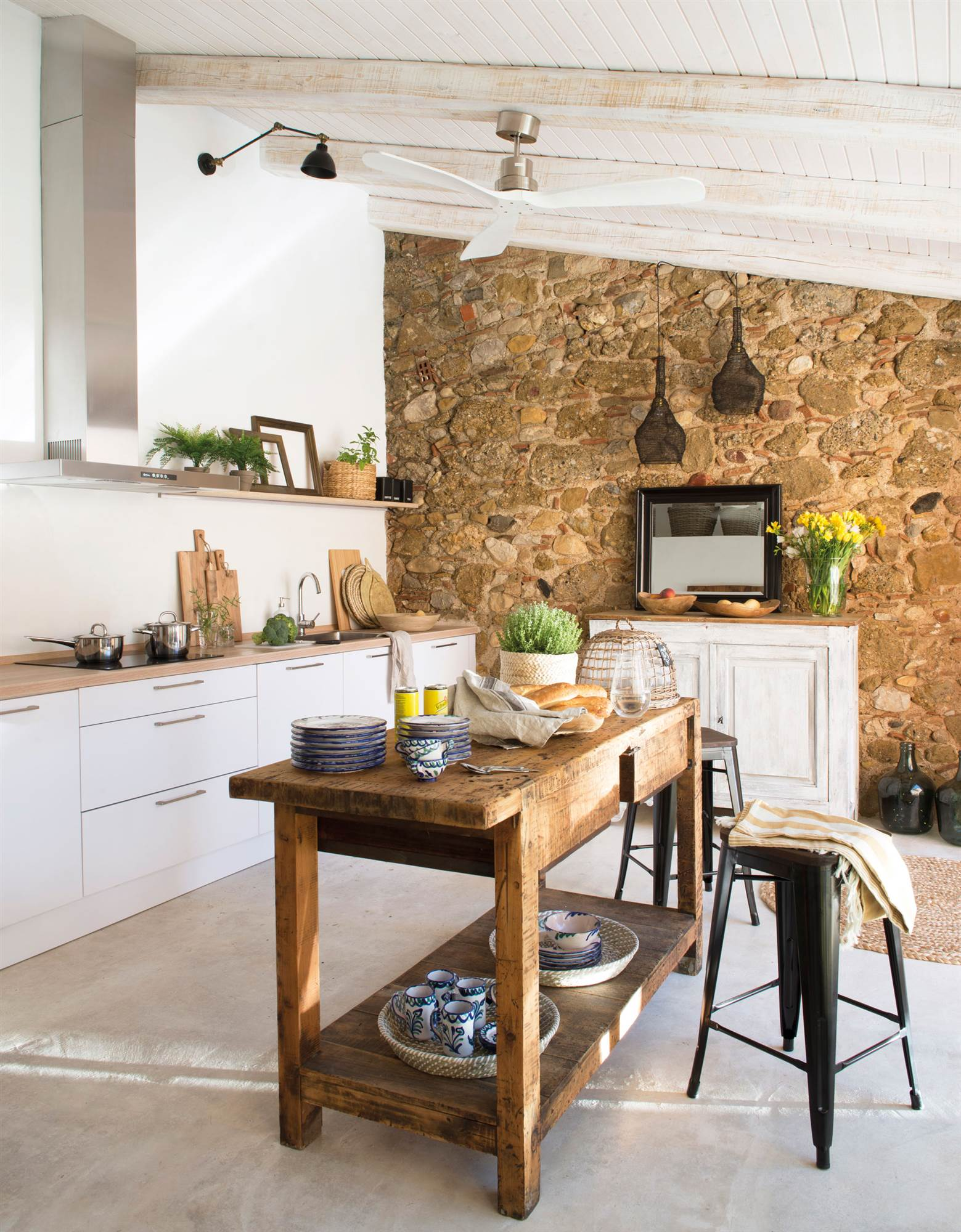 Decorar con madera en bruto - Mesa pared cocina ...