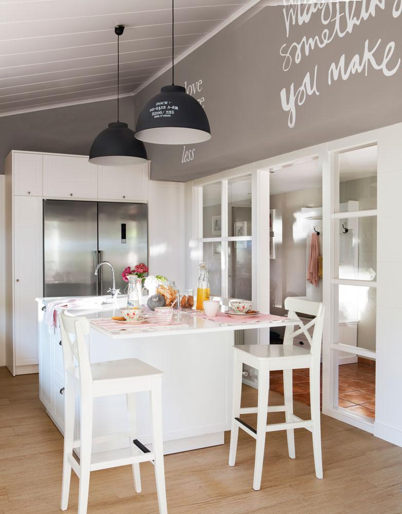 La mesa lista para recibir a cualquier hora - Mesa cocina con taburetes ...