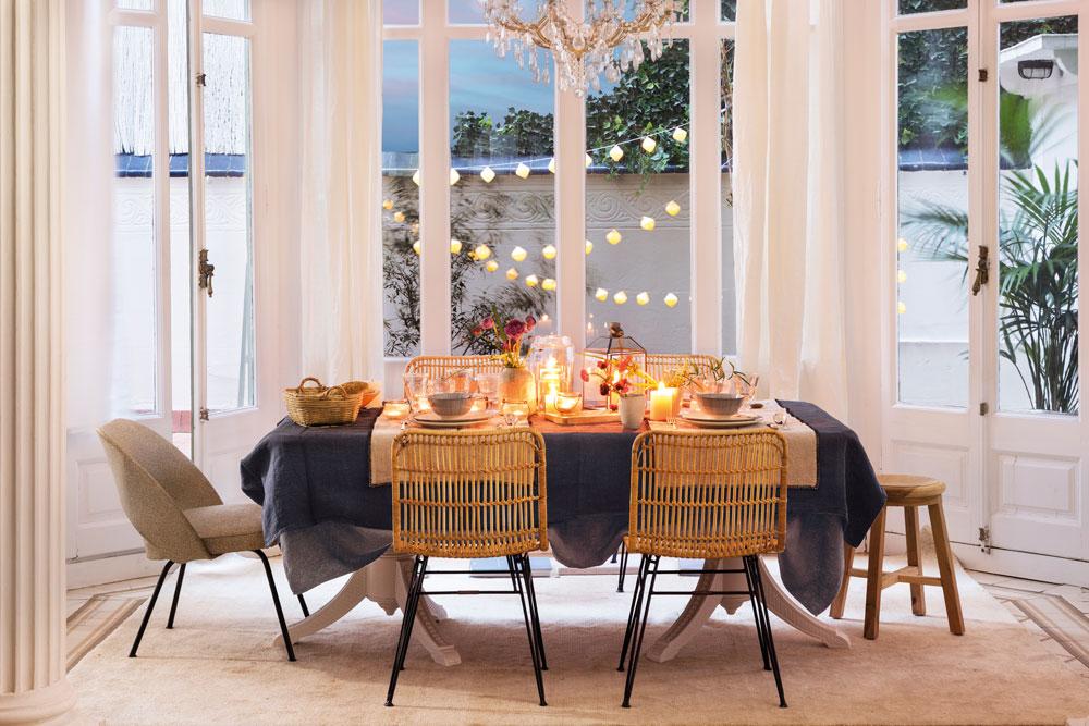 La mesa lista para recibir a cualquier hora for Sillas butacas comedor