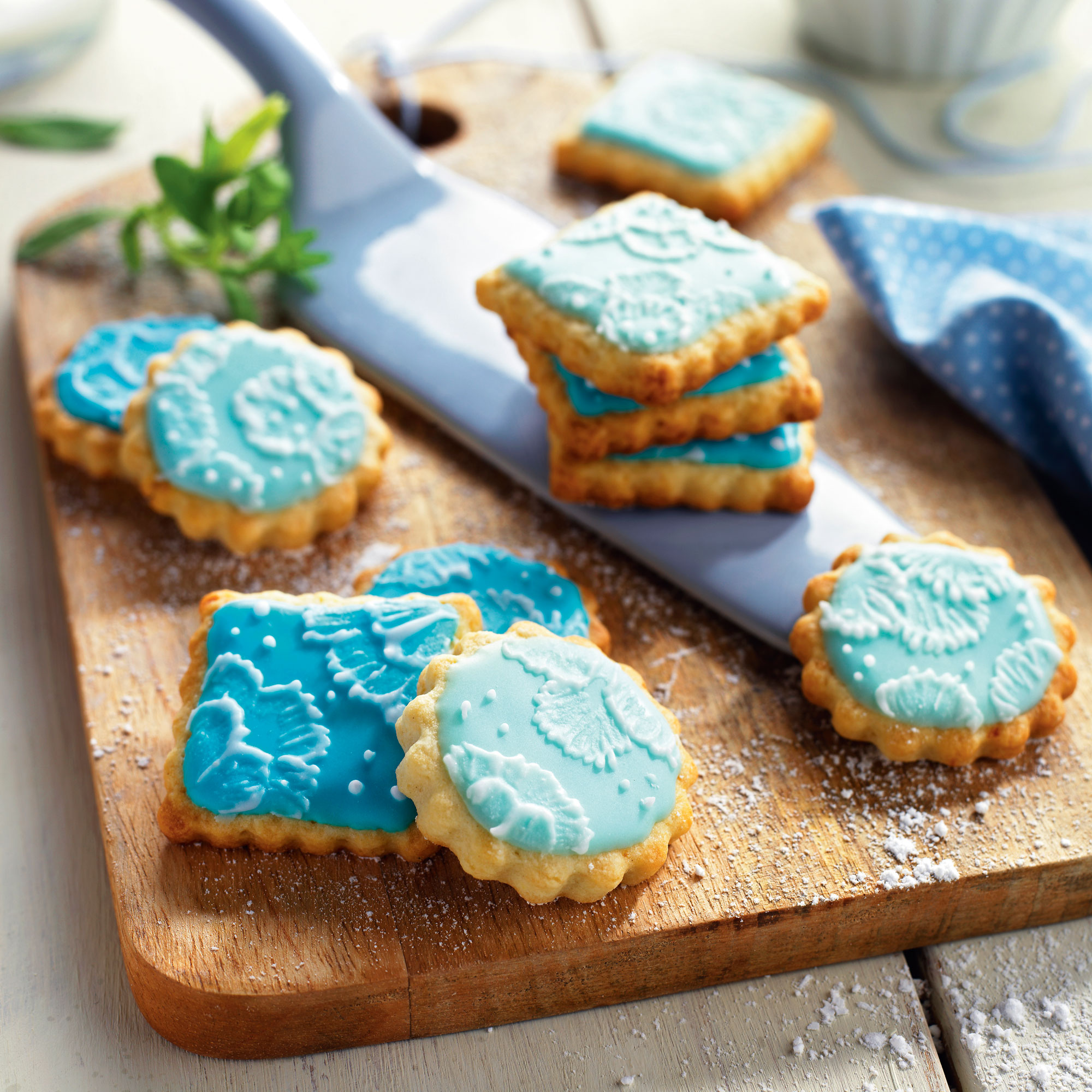 00383792b. Galletas decoradas con glasa azul. 00383792b