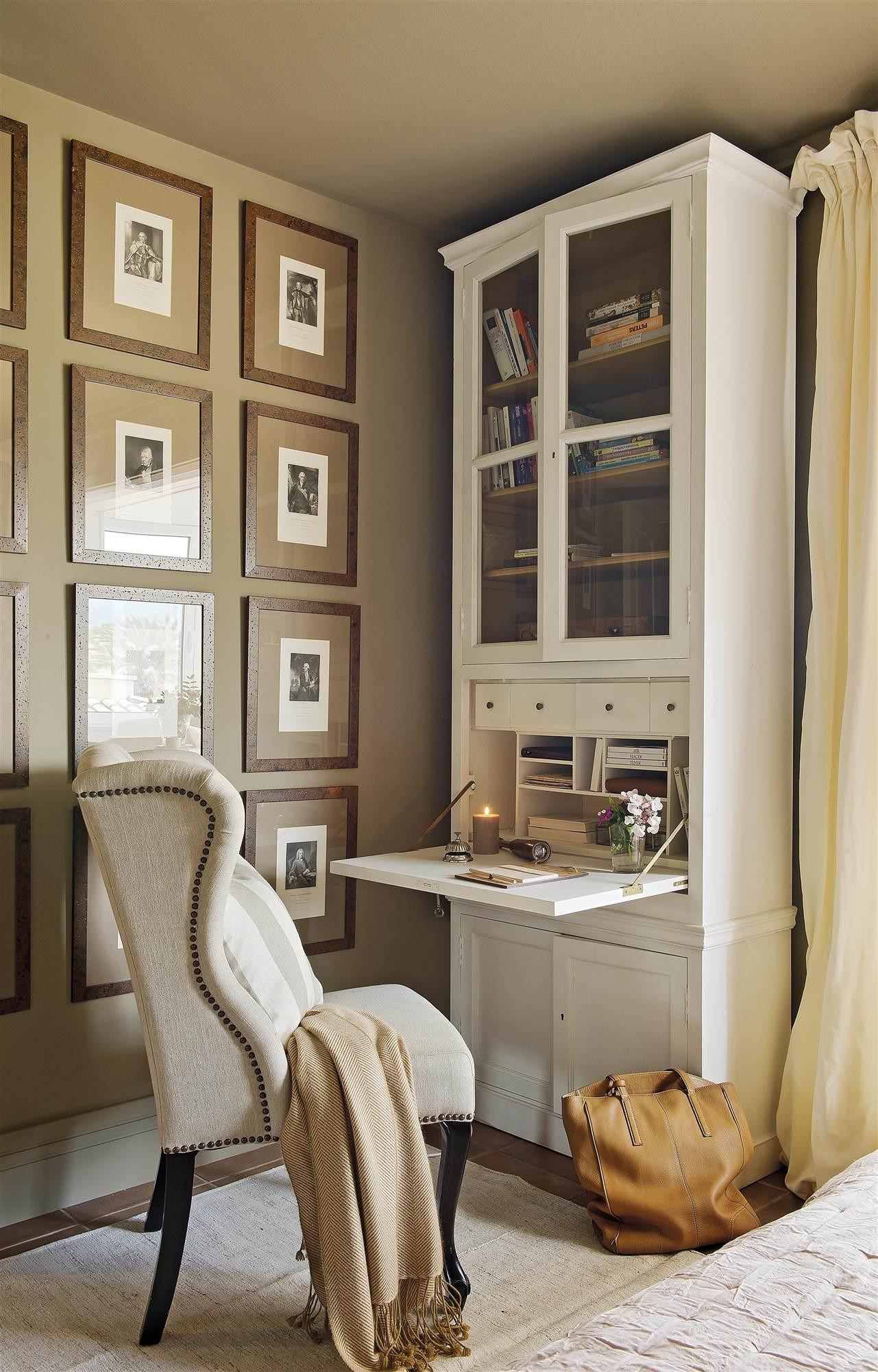 00386444. 6. Mueble con escritorio secreter