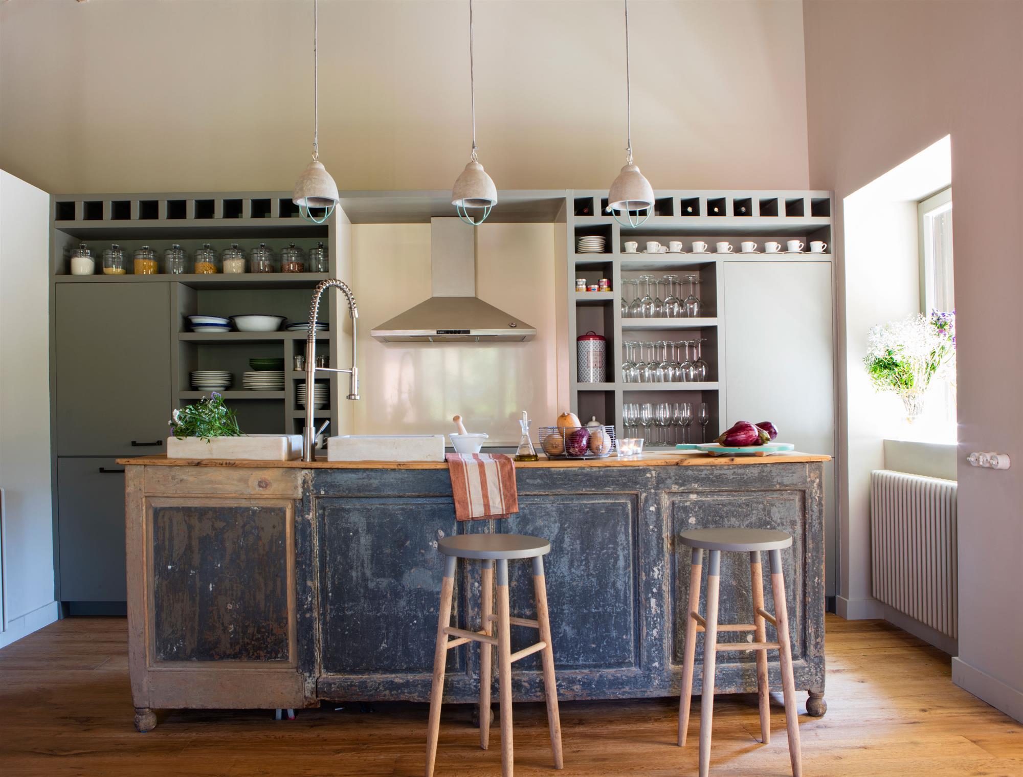 Cocinas muebles decoraci n dise o blancas o peque as for Cocina con muebles antiguos