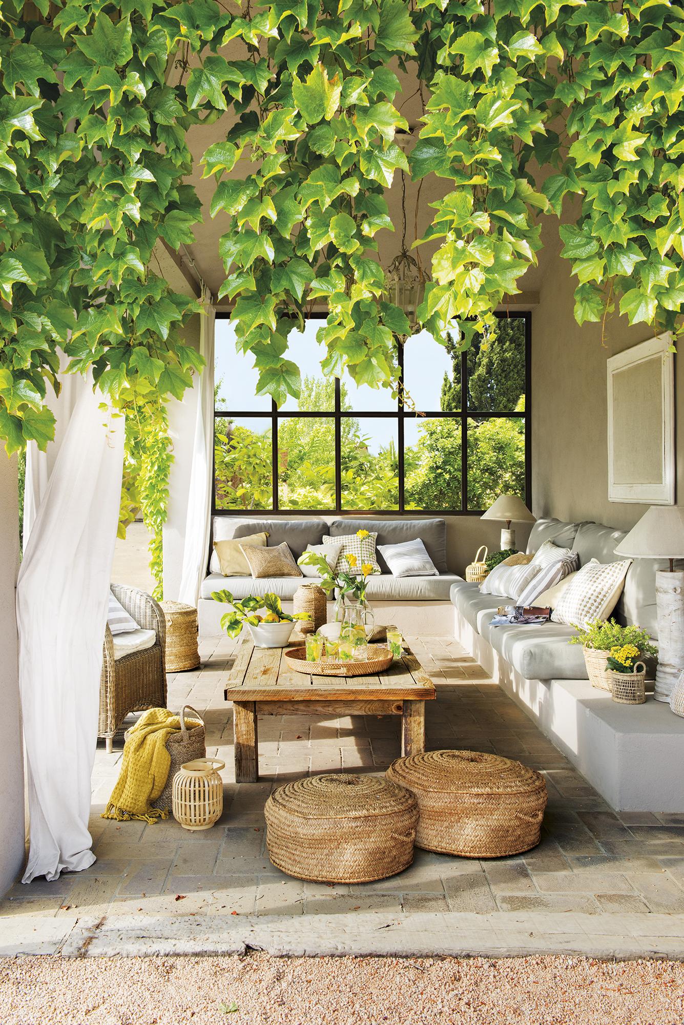Terrazas muebles mesas e ideas para tu terraza el mueble for Casas decoradas con plantas naturales