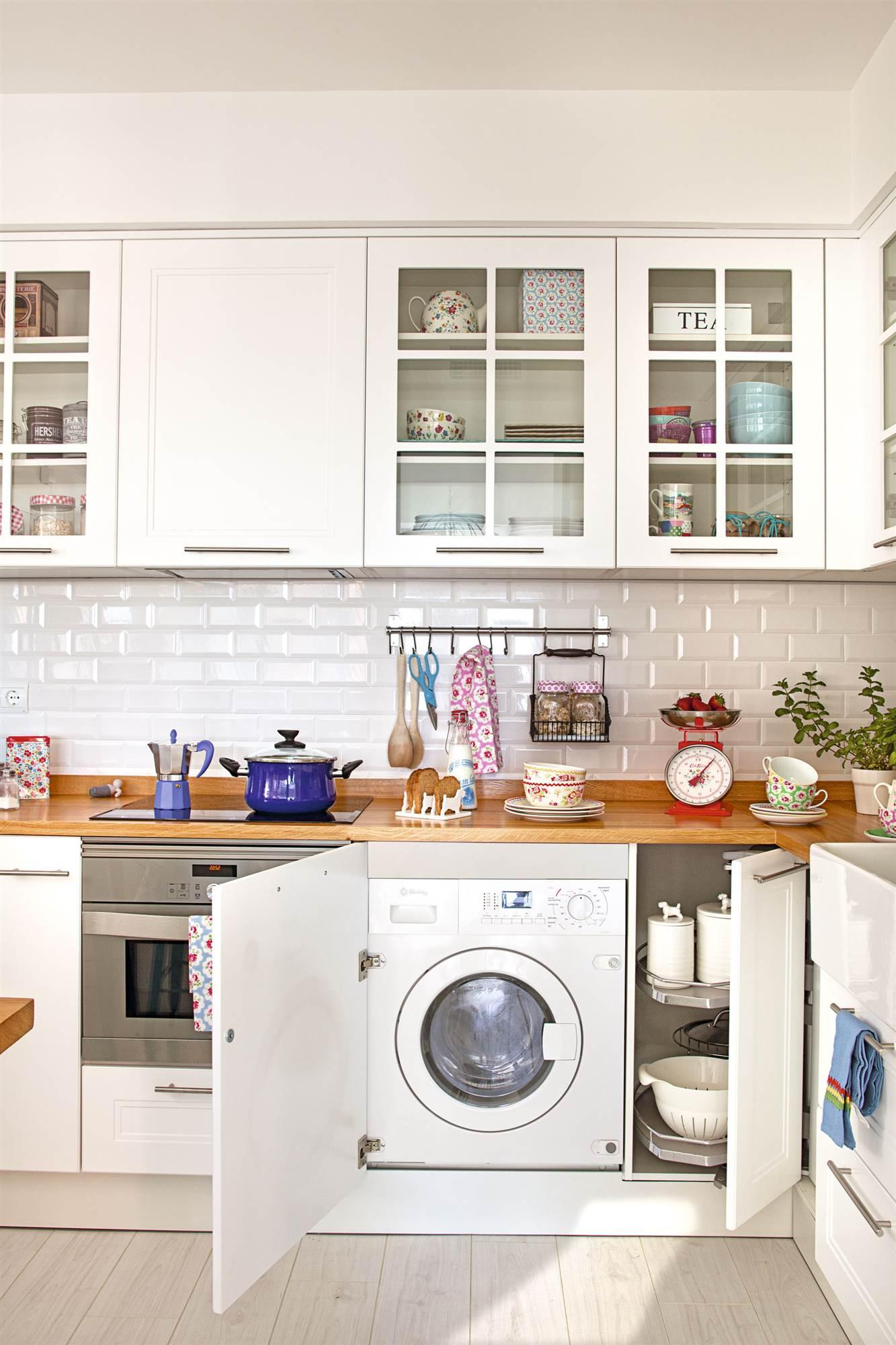 Cocinas muebles decoraci n dise o blancas o peque as - Nevera panelada ...
