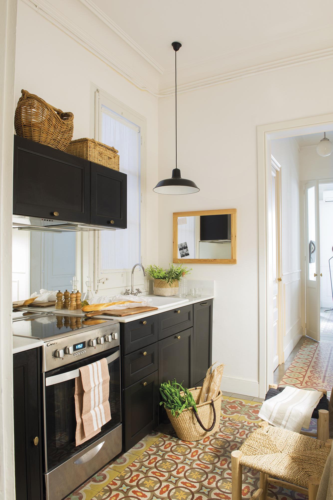La cocina en la entrada fue la soluci n a esta casa peque a - Cocinas para pisos pequenos ...