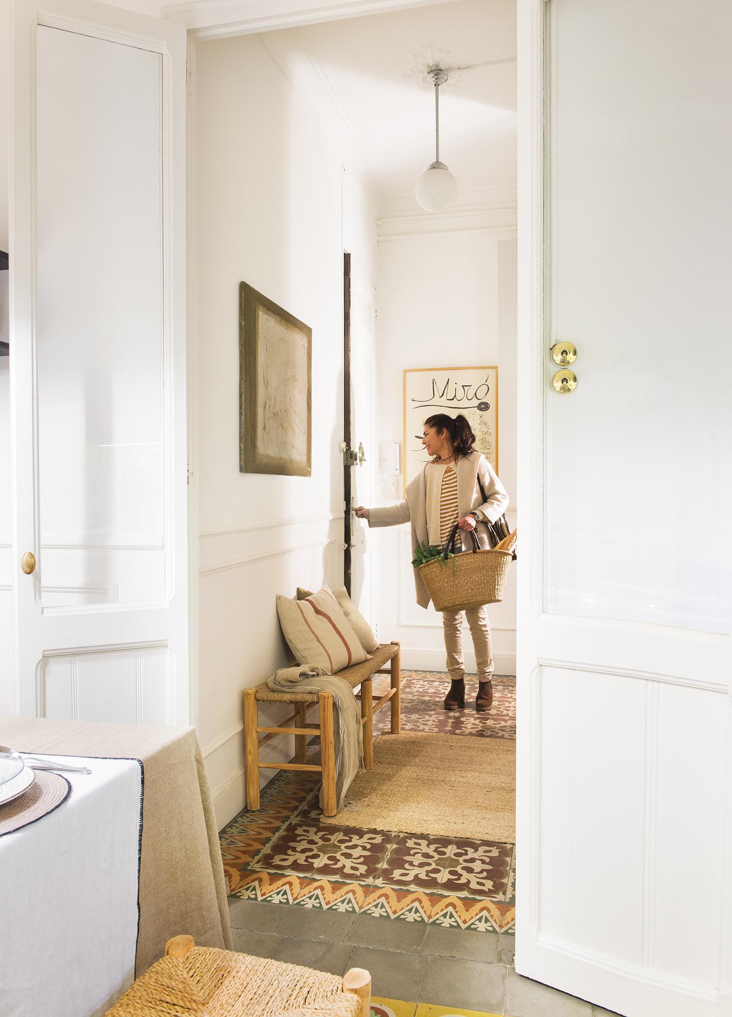 La cocina en la entrada fue la soluci n a esta casa peque a for Decorar piso senorial