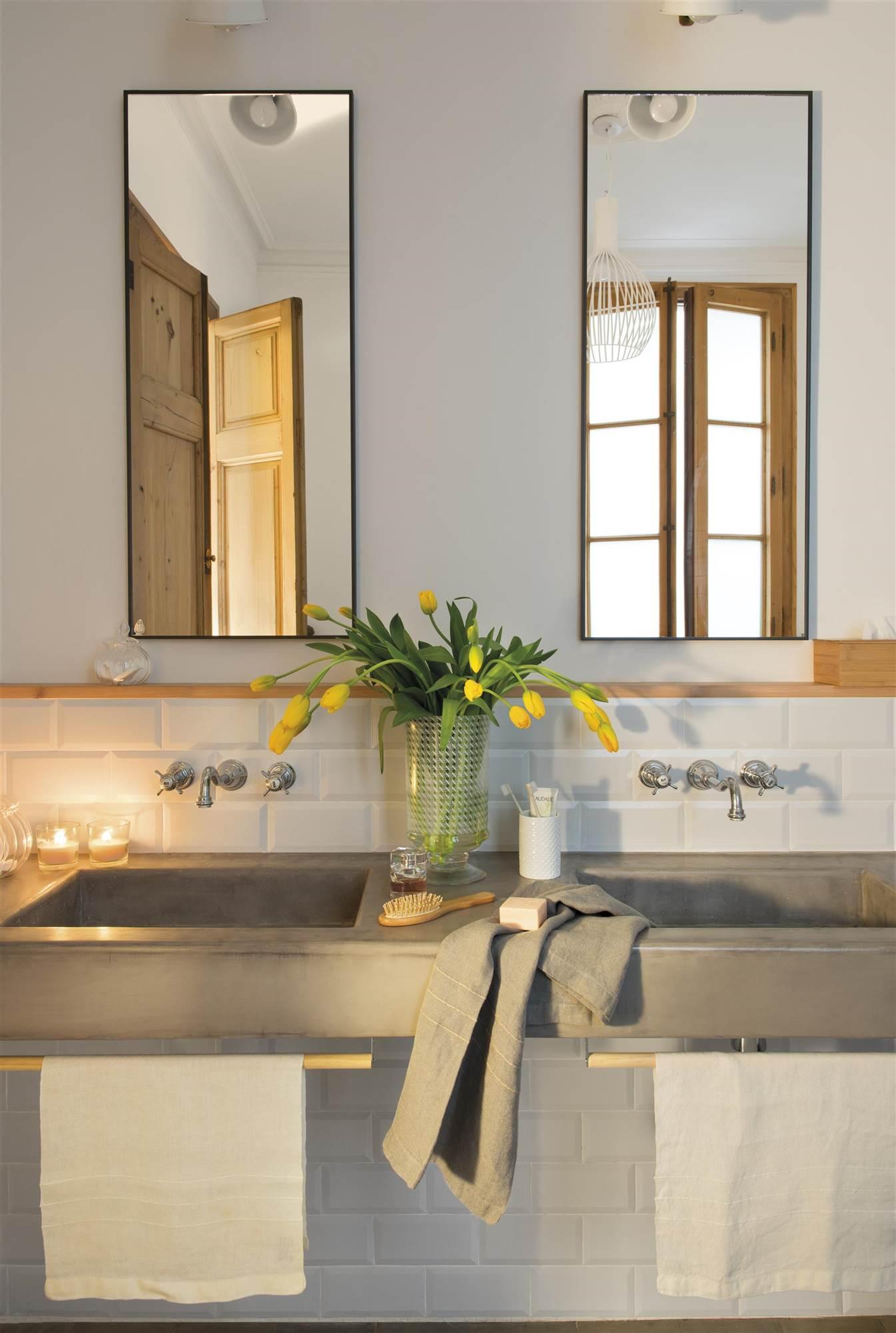 Baño Con Azulejos Tipo Metro, Espejos De Metal Y Lavamanos De  Microcemento_00469449