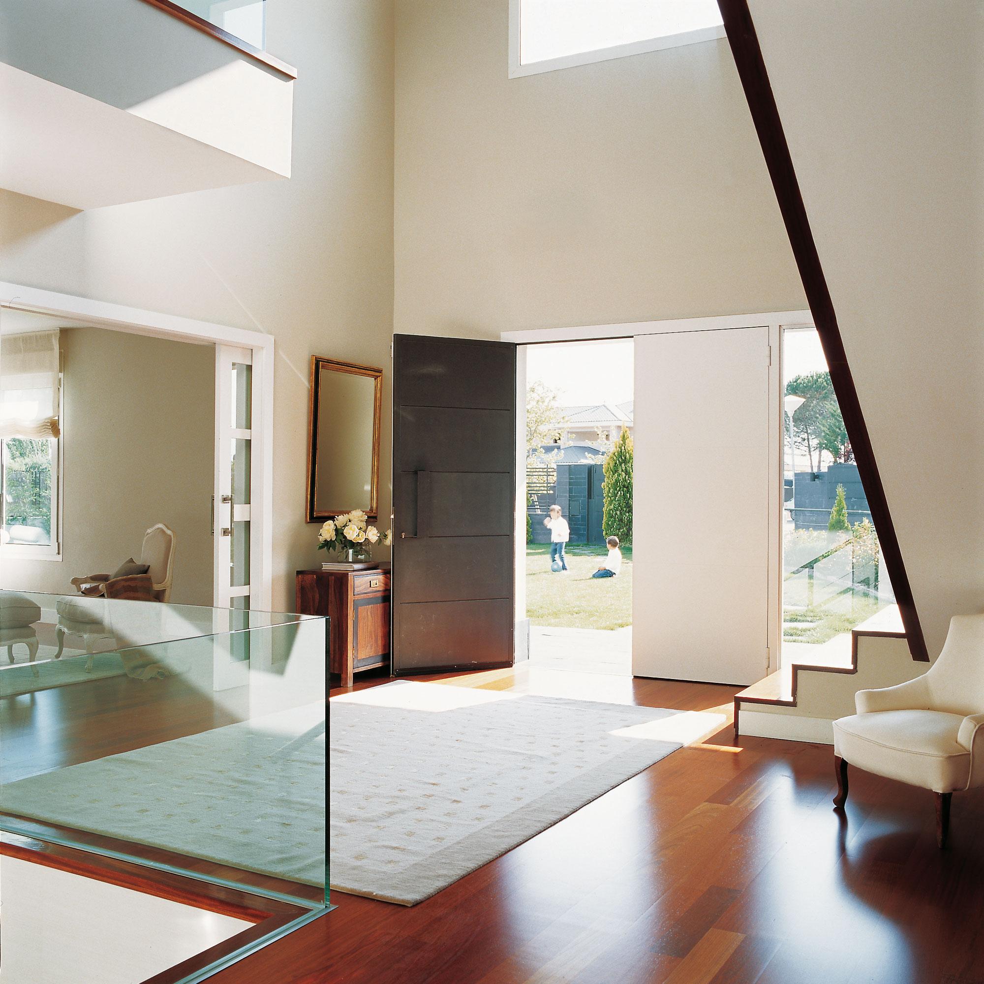 Consejos para una casa segura y protegida frente a robos e intrusiones - Entrada de casas modernas ...