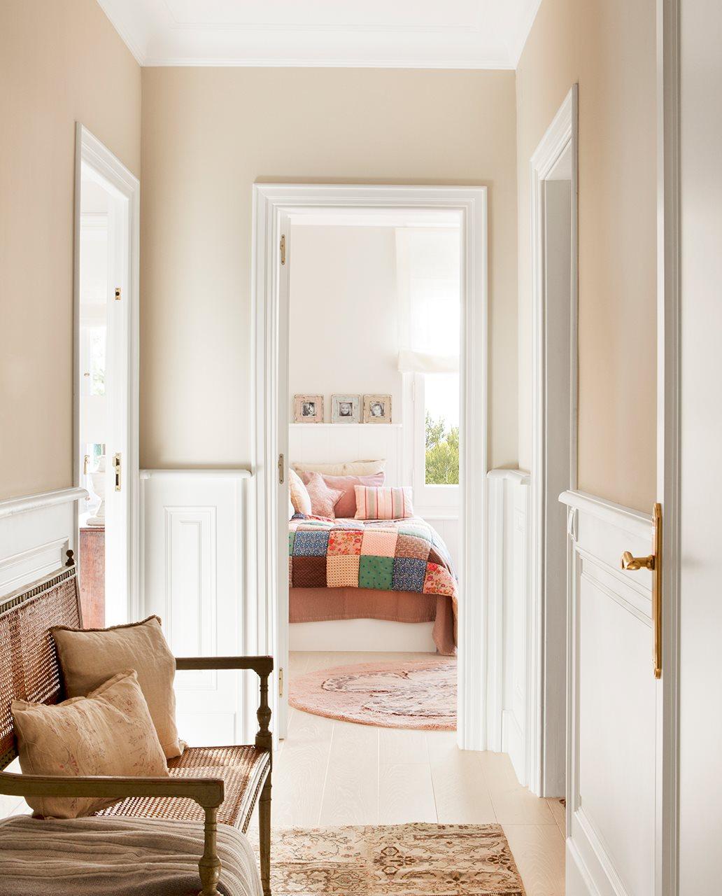 5 casas reformadas para ganar metros y luz for De que color para un pasillo con escaleras