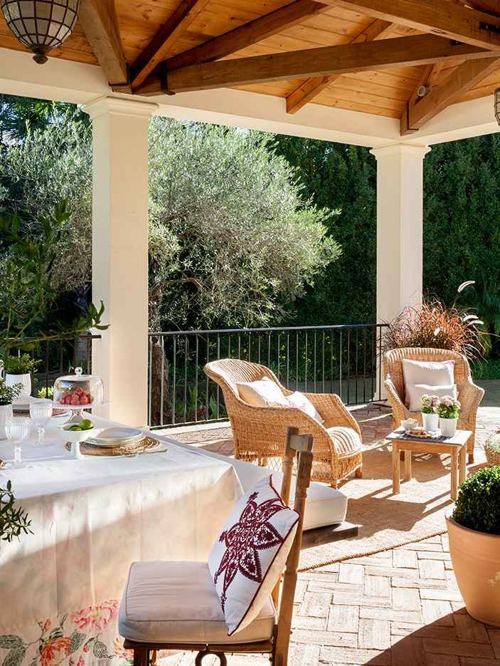 Una terraza llena de cojines, igual a comodidad y estilo.