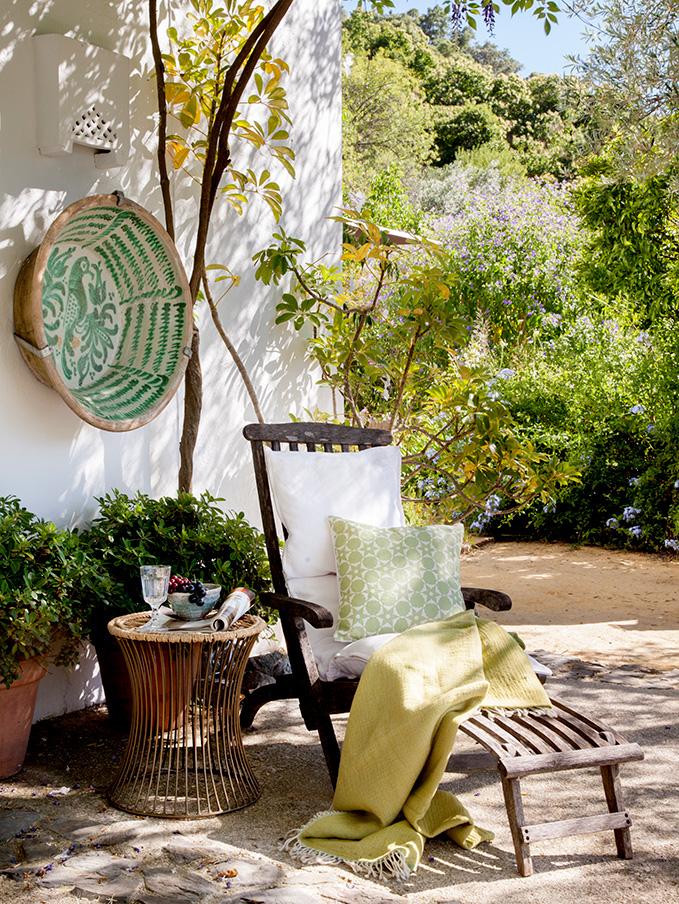 Una terraza llena de cojines igual a comodidad y estilo for Cojines tumbonas jardin