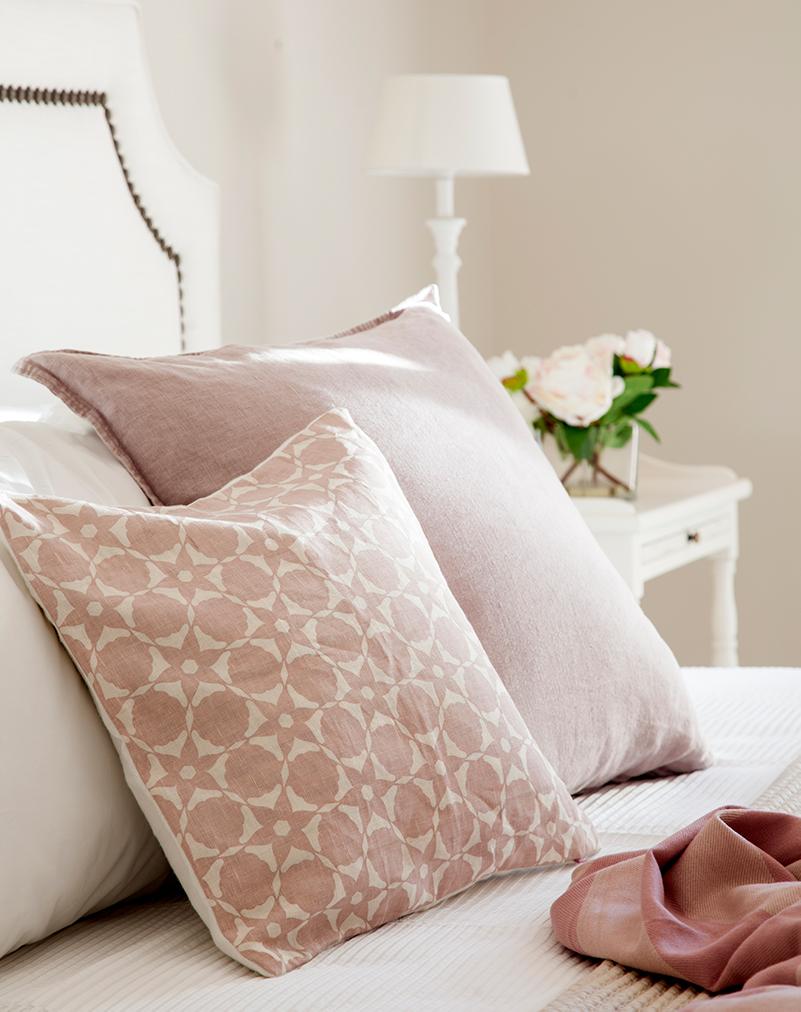 Un dormitorio lleno de cojines