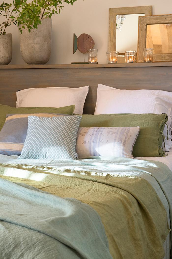 Un dormitorio lleno de cojines - Camas con cojines ...
