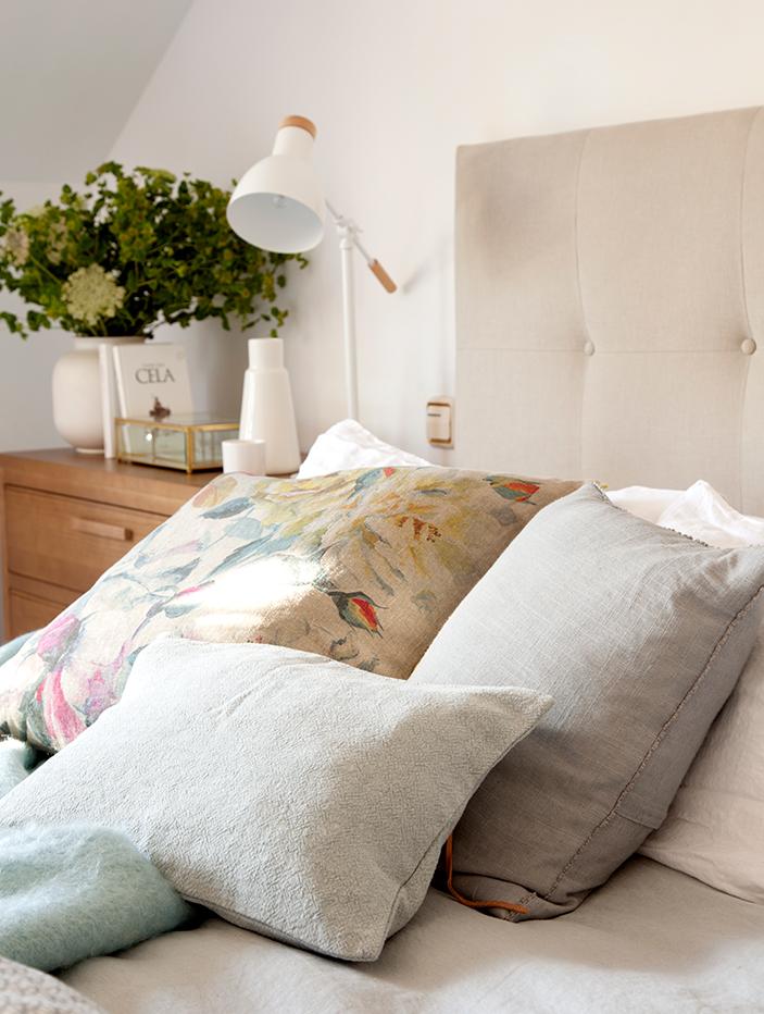 Un dormitorio lleno de cojines - Cabeceros de cama con cojines ...
