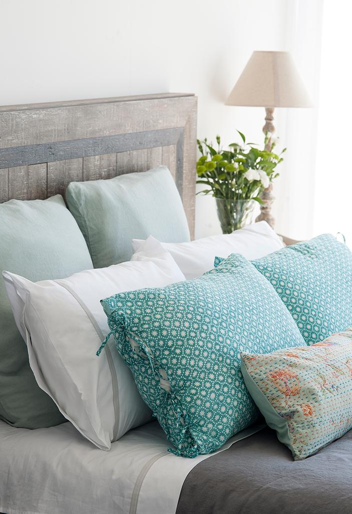 Un dormitorio lleno de cojines - Decorar cama con cojines ...